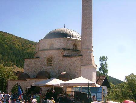 Una mezquita otomana en Bosnia reabre sus puertas