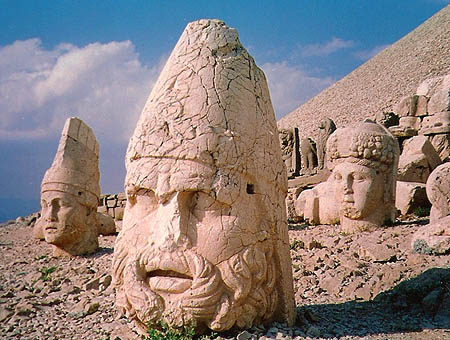 Polémica por la decisión de retirar las estatuas del Monte Nemrut
