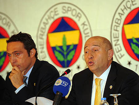 Ali Koç y Nihat Özdemir durante una rueda de prensa del Fenerbahçe