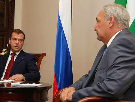 El presidente ruso Medvedev conversa con el difunto presidente abjasio