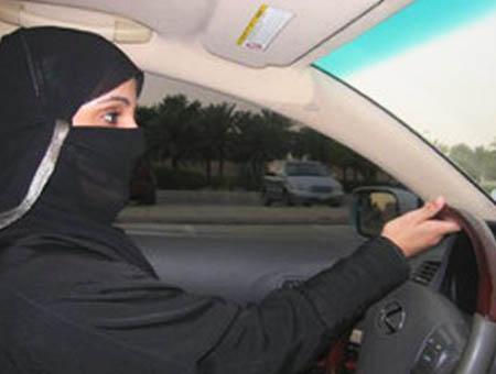 Mujer arabia saudi conduciendo