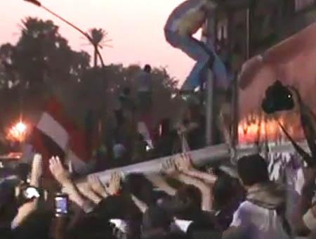 Cientos de manifestantes asaltan la embajada israelí en Egipto