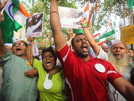 Decenas de miles de personas protestan en la India contra la corrupción