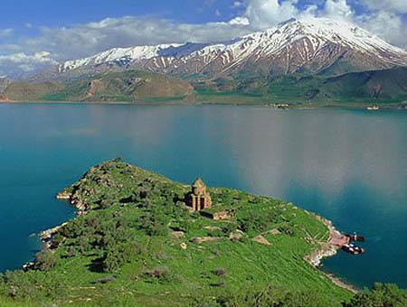 La iglesia armenia de Akdamar celebra su primer bautismo en un siglo