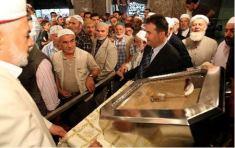 La túnica de Mahoma no será exhibida durante el Ramadán debido a su restauración