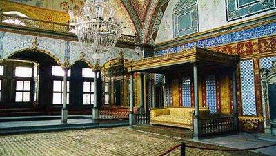 Un empleado del Palacio de Topkapı se lleva un trono a su casa