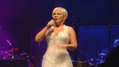 Sezen Aksu hace un llamamiento a la paz durante su concierto en Estambul