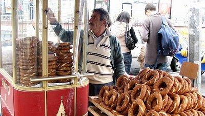 El si̇mi̇t, el alimento nacional de Turquía
