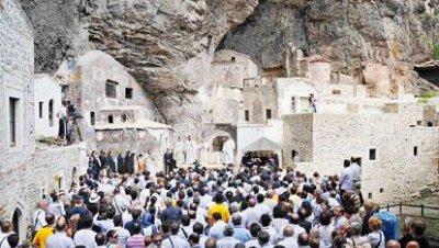 1.500 personas asisten a la primera ceremonia religiosa en Sümela en 88 años