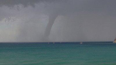 Un tornado causa graves daños en Alanya