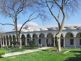 Imagen exterior del Pabellón del Conquistador dentro del complejo del Palacio Topkapı