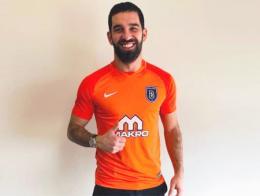 Arda Turan vistiendo ya la camiseta oficial del Başaksehir