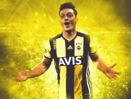 Mesut Özil vistiendo la camiseta del Fenerbahçe