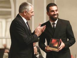 El embajador de Turquía en Madrid, Ömer Önhon, hace entrega del premio a Arda Turan