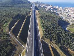 Imagen de la autopista Estambul-Bursa-İzmir a su paso por la localidad de Gemlik