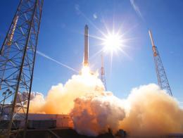 Espacio lanzamiento cohete espacial