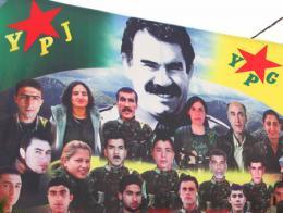 Un cartel del YPG en Siria mostrando a varios militantes del grupo bajo el retrato de Öcalan, líder y fundador del PKK