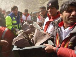 Equipos de rescate con uno de los cuerpos en el lugar del accidente
