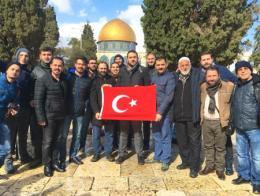 El grupo de ciudadanos turcos en la Explanada de las Mezquitas, minutos antes de que 6 de ellos fueran detenidos