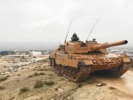 Un tanque turco en una colina de la región siria de Afrin