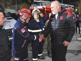 El primer ministro de Albania saluda en persona a los rescatadores turcos