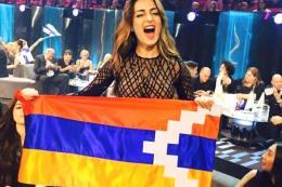 Iveta Mukuchyan ondea una bandera armenia de Karabaj en la edición de 2016 de Eurovisión, que amenazó con expulsar al país del concurso