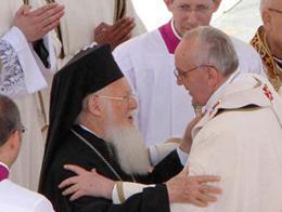 El patriarca griego de Estambul Bartolomé I y el Papa Francisco