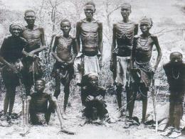 Supervivientes de la etnia Herero tras escapar de la masacre del desierto de Omaheke