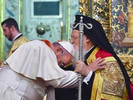 El Patriarca de Constantinopla besa al Papa durante la ceremonia religiosa oficiada el sábado noche en Estambul
