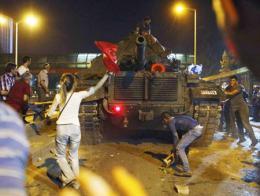 Una imagen de los civiles enfrentándose a los golpistas en julio de 2016