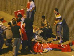 Manifestantes enfrentados a los soldados golpistas atienden a los heridos por disparos junto al puente que atraviesa el Estrecho del Bósforo
