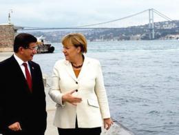Davutoğlu y Merkel durante una reunión celebrada en octubre de 2015 en Estambul