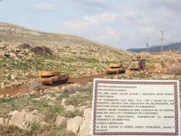Blindados del ejército turco avanzan por el oeste de Afrin. Abajo a la derecha, uno de los panfletos escrito en kurdo.