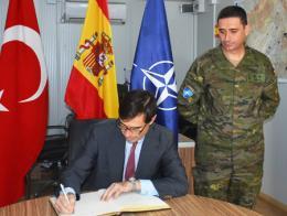El embajador español en Turquía durante una visita al contingente español en la base aérea turca de İncirlik