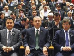 Ali Babacan, Tayyip Erdoğan y Ahmet Davutoğlu, en un congreso del AKP
