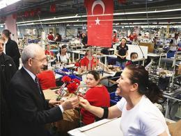 Kılıçdaroğlu reparte flores a un grupo de mujeres de una fábrica de Edirne