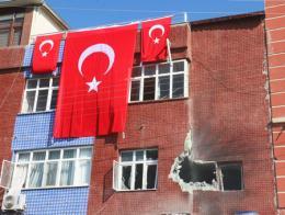 Daños a una vivienda causados por la explosión el domingo de un cohete lanzado por el YPG desde Siria contra la ciudad turca de Akçakale