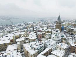 Una imagen de la Torre Galata y el Cuerno de Oro de Estambul tras las nevadas de los últimos días