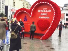 Una escultura colocada para el Día de los Enamorados por el Ayuntamiento de Estambul en Taksim