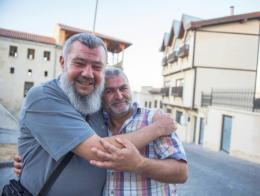 Murat Temeloğlu (izquierda) y Sabri Saral (derecha) durante su reencuentro en Gaziantep