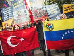 Simpatizantes del partido comunista se manifiestan en Estambul contra el imperialismo y en favor de Maduro
