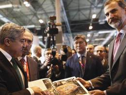 El vice ministro turco de Turismo Hüseyin Yayman conversa con el Rey en Fitur