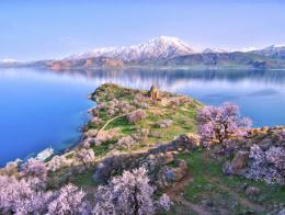 La isla de Akdamar con los almendros florecidos y la iglesia y las montañas al fondo
