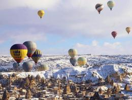 Capadocia globos nieve invierno