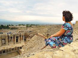 Una turista sentada en las gradas del teatro de Hierápolis (Pamukkale)