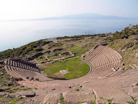 Assos teatro ruinas