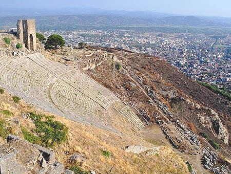 Vista del antiguo teatro de Pérgamo con la moderna ciudad turca de Bergama al fondo