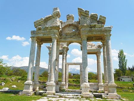 El Tetrapilón, antigua entrada ornamental de Afrodisias construida en el siglo II