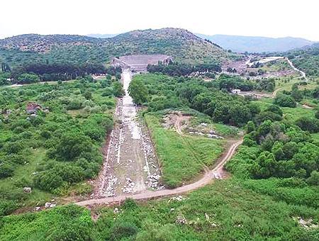 Al fondo, el gran teatro de Éfeso. El camino en primer plano marca el límite donde se encontraba su antiguo puerto.