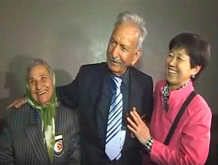 Süleyman, con su esposa Nimet a su derecha y Kim Eunja a su izquierda